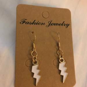 Coola lightning örhängen! Frakt: 14kr😇❤️❤️*Alla örhängen kan göras till halsband vid intresse, köp 3 par örhängen och få det fjärde gratis, gäller alla örhängen!!☺️❤️