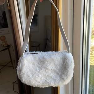 Vit fluffig väska! Köpare står för frakt!