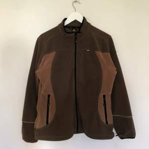 Vintage Fleece i bruna toner, fin colorblocking. Den är i vintage skick och har mindre skador som man kan se på sista bilden. Storlek 40 men passar som en Small.