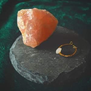 Rosenkvarts-ring till salu! Stenen rosenkvarts är kärlekens sten, och man kan ändra storlek på ringen vilket gör att den passar alla!