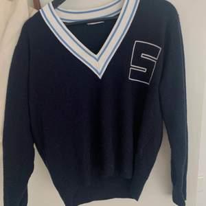 Marinblå, långärmad tröja i kashmire från Sandro. Köpt i somras för 2200kr på Sandros butik i NK. Storlek S/M