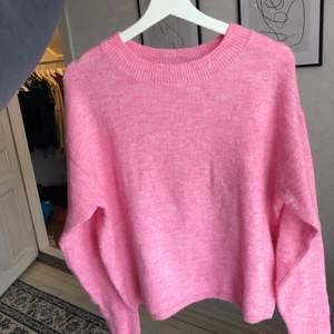 Stickad rosa tröja från H&M💖 Den är i mycket bra skick och är inte alls nopprig💞 Storlek XS men passar allt från XS-M💘 Så fin till sommaren, men säljer för att jag ej tycker att jag passar i den färgen, vilket är synd💞 Frakt tillkommer på 44kr (66kr om man vill ha det sårbart)💓