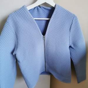 Jättefin pastellblå kofta från COS. Dragkedja och passar väldigt bra till våren. Storlek L men passar XS - m