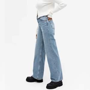Helt oanvända byxor från MONKI i modellen YOKO. Säljer då jag fick två stycken i present. Kan matchas med vad som helst. De är perfekta i längden och jag är 167 cm lång🦋🦋🦋
