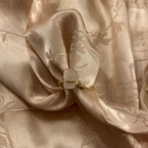 Handgjord ring med rosenkvarts! Välj mellan silver och guldtråd! Välj även om du vill ha tråden virad över kristallen eller inte och om du vill ha tråd våras runt den! Obs: kristallerna är oregelbundna, alltså varierar formen på dem! Frakt: 15kr❤️