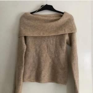 En jättefin offshoulder tröja är som ny, i storlek xs från bikbok