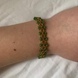 Egengjort pärlarmband, grön & guld, ca 17cm, silverlås, gratis frakt, kan göras i fler färger🌈
