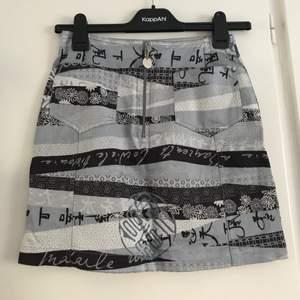 En kjol från Kenzo Jeans, från 90-talet! Tror den är äkta, köpt i vintagebutik 💕💖 Väldigt 90s eller Y2K vibes! Ganska kort och liten, står 36 men mer som 34/XS (midjan är 67cm i omkrets) ✨ I jättefint skick! Unik vintage piece!! 😍 Frakt ingår i priset 😘