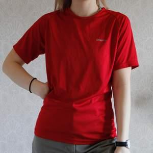 En härlig röd färg på en tränings t-shirt. Matrial som andras och anpassad för träning. Kolla gärna mina andra annonser! ❤️