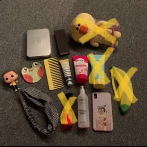 Säljer allt möjligt! Pennor, klockarmband, parfym, funko pop, smyckesfat, hårband, iPhone xr skal och en nalle bland annat! Va inte rädd att skriva privat för bättre bilder, frågor, pris förslag osv 😁