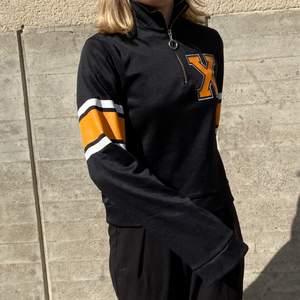En sportig half-ziptröja med orangea detaljer från Junkyard. Storlek S, använd fåtal gånger, väldigt bra skick.   Kan mötas upp i Stockholm eller skicka mot extra kostnad. Säljer fler plagg kolla in dem!