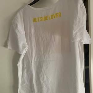 Så fin T-shirt med tryck på rygg och bröst (första bilden är baksidan) helt slutsåld och i storlek S från zara. Den har en minimal fläck (sista bilden) men inget som riktugt syns!🥰(frakt betalar köpare! Rekommenderar alltdid spårbarr frakt, annars går det att fixa billigare ospårbar på vissa klädesplagg!)❤️