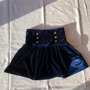 Fin blå sammetskjol från Hampton Republic. Nyskick! Längd: ca 40cm. Midjemått: ca 64cm! Checka gärna in mina andra försäljningar! Frågor? Bilder? Skicka så fixar jag!