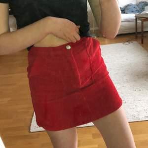 supersöt kjol i klarrött manchestertyg med fickor! använd ett fåtal gånger men blir tyvärr för kort på mig som den är lite liten för. passar superbra till vitt och svart, paris vibes (: