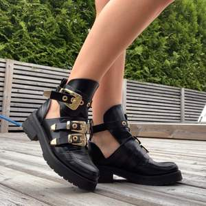 """Boots som liknar """"balenciaga cutout buckle boot"""". De är bekväma och i fint skick. 💜💙"""
