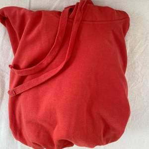 Fin röd hoodie, endast använd vid ett fåtal tillfällen! Storlek XS/S❤️