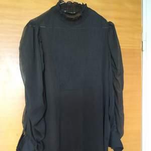 En lite genomskinlig svart klänning från Zarah i storlek S. Sparsamt använd. Pris kan diskuteras vid snabb affär