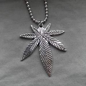 Cannabis-halsband i silverfärg 🌱🗿 Välj mellan vanlig kedja och kulkedja, på andra bilden kan du se de två alternativen. Frakt tillkommer på 12kr 🧷🔥