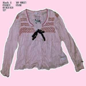 Suuper gullig rosa blus från odd molly med söta paljetter (se bild 2) blusen ger mig lite y2k vibes med söta low rise jeans till                         Frakt tillkommer :)  ( priset går att diskuteras då jag vill bli av med den så fort som möjligt)