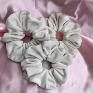 Dessa vackra scrunchies är handgjorda och har en bra kvalitet! Tyget är av sammet! Kontakta gärna mig via Instagram dm: sparkle_vibes_shop för att se nöjda kunder, fler bilder, mer info❤️
