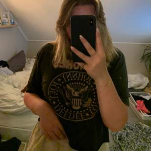 Säljer nu min skit snygga vintage ramones t-shirt! Den är så mjuk och sjukt snygg! Den är oversized och sitter snyggt på kroppen, använder inte tillräckligt mycket! 150kr inklusive frakt🥰