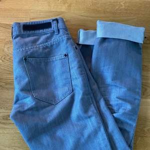 Gråa snygga byxor som är köpta på secondhand!!! fräschig färg och är som nyskick! köparen står för frakten :))) (jag är 170cm)