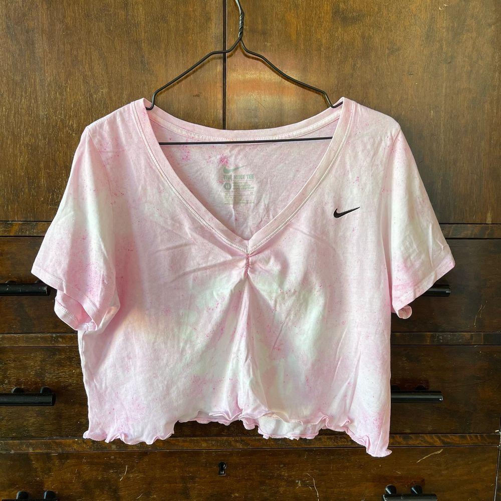 Omgjord Nike T-shirt i storlek XL (visas på en medium)💗. Toppar.