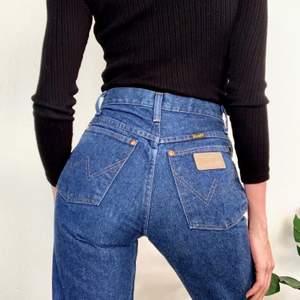 Nyköpta Wrangel byxor, helt oanvända med lappar kvar. Skitsnygga och sköna. Passar bra på mig som är 160 och bär 36-38. Frakt betalar du ❤️ Pris kan diskuteras!