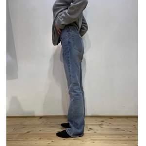 Super snygga vintage Helmut Lang jeans som tyvärr inte passar mig. Måtten för storleken står i bild nr 2.