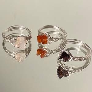 Handgjorda ringar. Den till vänster är Rosenkvarts, den i mitten är Karneol, den till höger är en mörklila syntetisk sten (inte imitation). (De är silverpläterade, så undvik att tvätta händerna med de på) Går att beställa i vilken storlek du vill ha, kontakta för att beställa. Köparen står för frakt (12kr). Betalning sker via Swish. (Säljer även fler ringar så kolla in min profil)