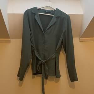 Blus från Gina tricot i härlig färg, lätt och silkeslen blus i tyget, i storlek 42, använd 1 gång.