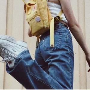 mina gamla favvo jeans.😩 köpte second hand i berlin så jag vet inte vilket märke. sitter super fint. storlek xs/s. jag är 165cm och dem är lite långa på mig. Frakt på 72kr tillkommer.💗💗💞