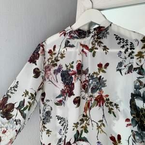 En sååå fin blus i storlek XS ifrån Nly Trend, har öppen rygg som gör hela blusen skulle jag säga 🥰