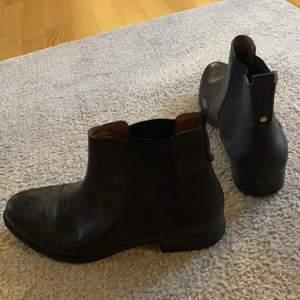 Skor från dinsko i storlek 39, använda fåtal gånger! Sköna och bekväma skor.