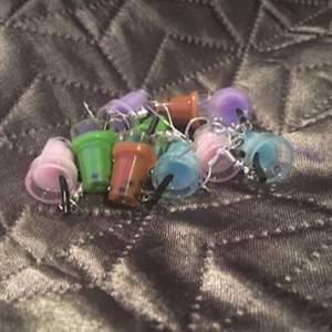 Säljer dessa fina boba tea örhängena! Finns en av varje i färgerna lila, rosa, blåa, och grön❤️ BRUN SÅLD🤎 NICKLEFRIA