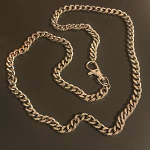 85 cm lång kedja, väldigt tålig, galvat stål som ej rostar. Kedjan är 85 cm lång. Frakt är 45 kr! Köp nu✨✨
