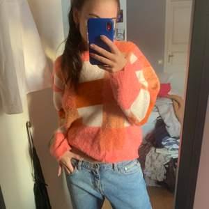 Super fin stickad tröja, tyvvär vet jag ej vad märket är men har för mig att det är gina💓 storlek M skulle jag säja!