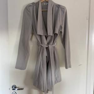 En grå kappa/trenchcoat från Nelly som är köpt för några år sedan. Knappt använd!  ✨