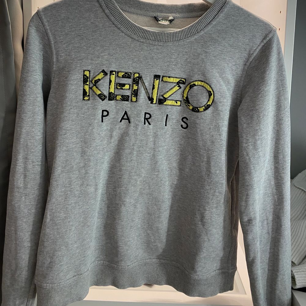 Jätte fin grå sweatshirt i bra skick, endast använd någon gång. Passar perfekt till hösten, speciellt med de gula detaljerna som livar upp! Nypris ca 1200. Storlek M, men är ganska liten i storleken . Tröjor & Koftor.