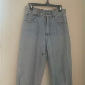 Älskar verkligen dessa jeans och hatar att behöva sälja vidare dom pga de enda jeans jag köpt som passar bra både omkring rumpa som midja. Finns en fläck från ett nagellack som tyvärr ej går bort. Tänker att köpare kanske är en kreativt människa som vill göra något nytt med dom. Jag själv har tänkt att det skulle vara snyggt att göra fler fläckar som skulle ge dom en ny look. Säljes billigt pga behov av att göra mer plats i garderoben :)  Waist 30 leg 28, dock klippt av dom så att de passar längdmässigt mig som är 1,62