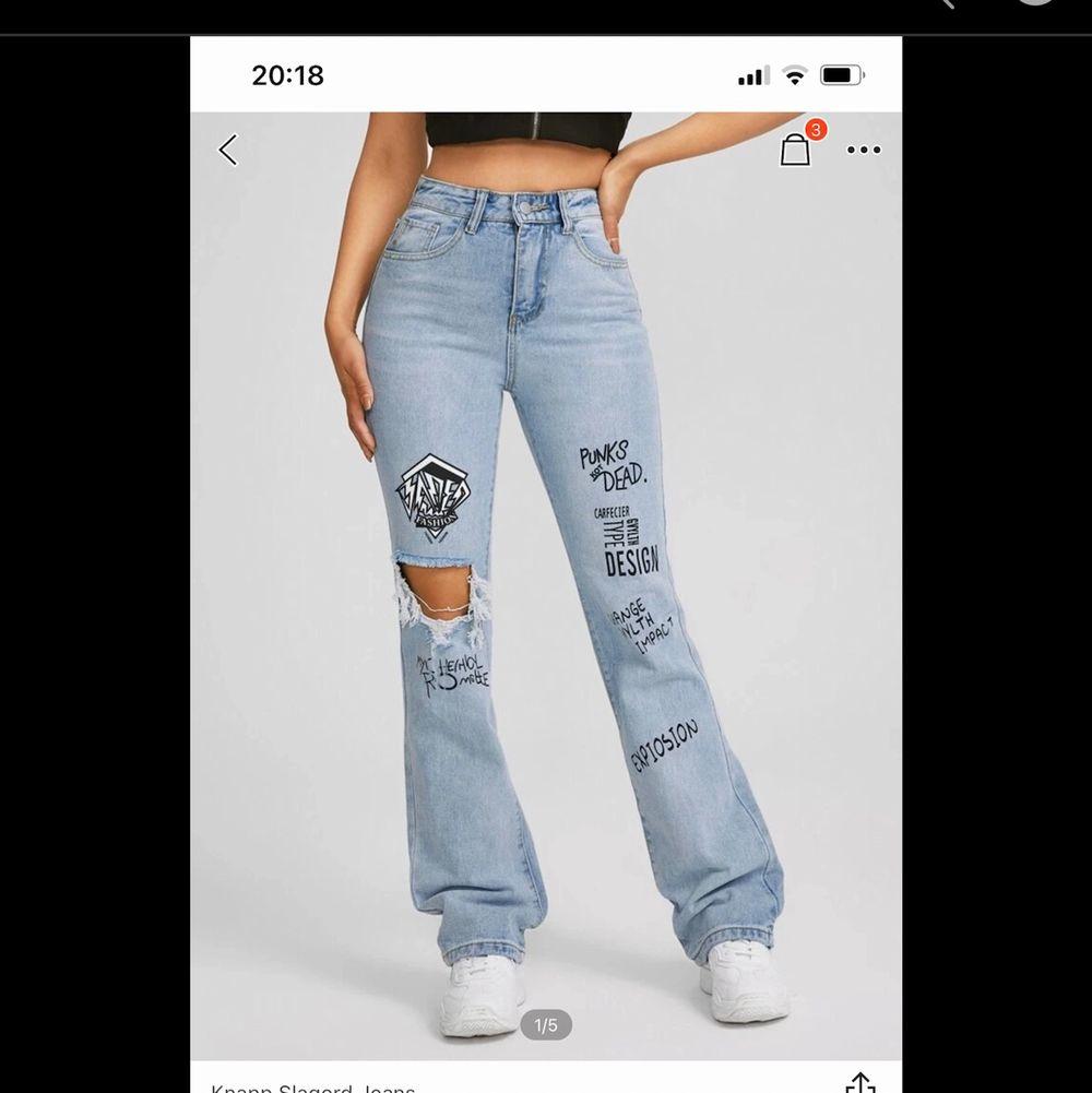 säljer dessa jeans från shein som är helt slutsålda, oanvända pga att de var fel storlek. skriv för intresse annars lämnar jag tillbaks dom. Jeans & Byxor.
