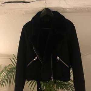 En jätte mysig biker jacka med fake päls inuti, väldigt varm!