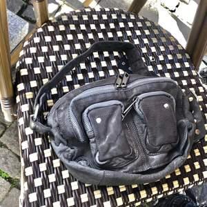 Funderar på att sälja min Nunoo väska i en superfin grå färg. Tror det är mellanstorleken, den är iaf perfekt storlek och väldigt rymlig! Många fack också!