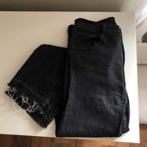 Svarta ganska stretchiga jeans från Pull & Bear! Det är tanken att det ska vara lite urtvättad svart färg och fransigt nertill. Storlek 38.