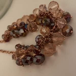 Säljer även detta fina halsband då jag har tröttnat på det! Jättefint skick och alla stenar sitter kvar!💕