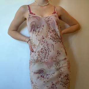 Supersöt klänning!! Tror den ursprungligtvis är ett nattlinne då materielet är genomskinligt, men den funkar lika bra som klänning. Köpt på Humana men har inte använt den. Perfekt till sommaren!