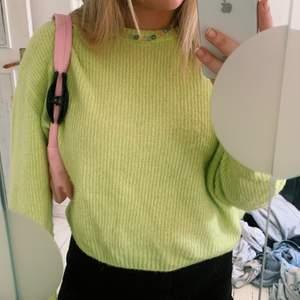 Jättefin och skön stickad tröja från HM. Använd några gånger därför ett billigare pris. Strl M.