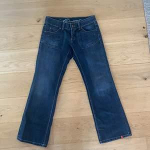 lågmidjade jeans från esprit köpta second hand som tyvärr är för små. mycket bra skick! vida i benen. buda i kommentarerna!