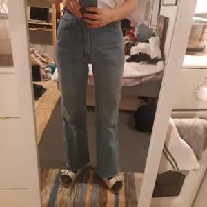 Ljusblå lätt utsvängda jeans i mjuk denim. Är tyvärr lite för stora för mig och har inte nån bra röv å visa upp dom i hah. Men snygga å sköna. Har en skum fläck på baksidan och en ficka som flärpar upp hela tiden men annars helt ok. Skulle säga typ en 27-28 i midjan och typ 30 långa
