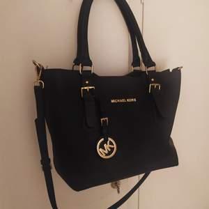 Svart handväska med axelrem som går att ta bort och handtag. Den är inte äkta men väldigt fin och välskött. 😊 Frakt 99 kr
